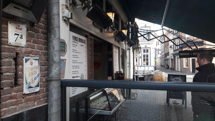 Terras van café bar Le Duc met de vitrine die volgens de gemeente te ver op het terras staat.