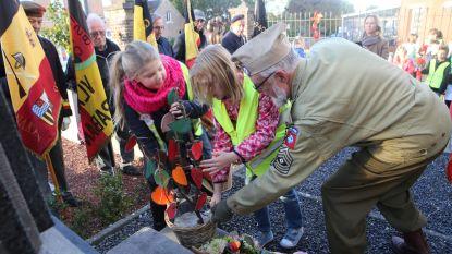 Oud-strijders en scholen leggen bloemen neer bij gedenkplaats