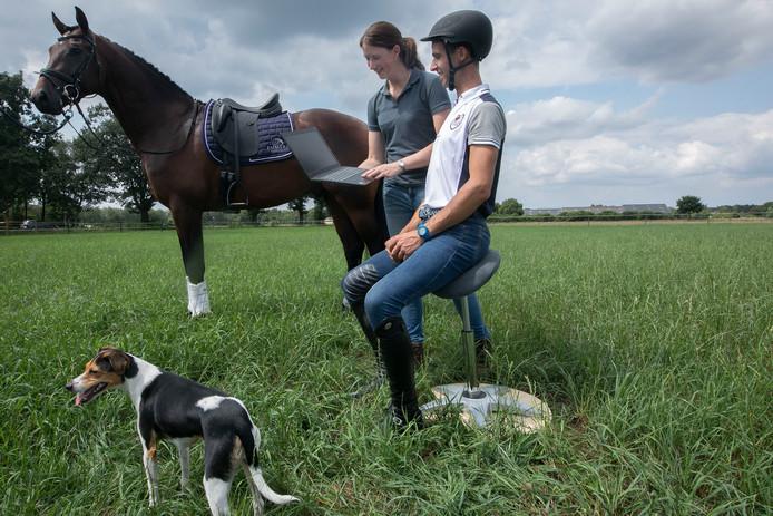 Caroline Schellekens is fysiotherapeut. Zij heeft zich gespecialiseerd in de behandeling van ruiters én hun paarden.