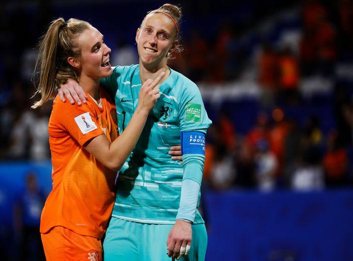 Jill Roord en Sari van Veenendaal na het bereiken van de WK-finale.