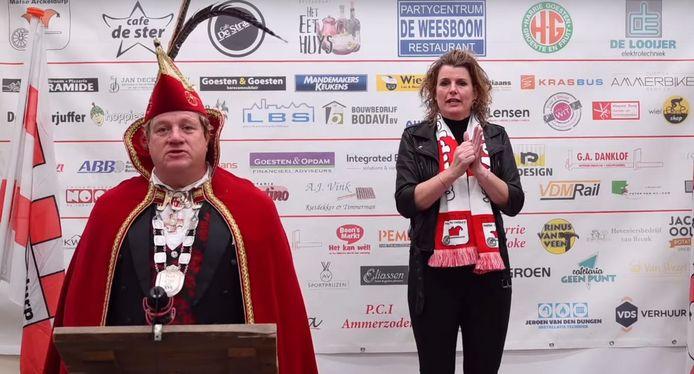 Robert - Prins Gijs XVI - en gebarentolk Monique tijdens de persconferentie over carnaval in Ammerzoden..