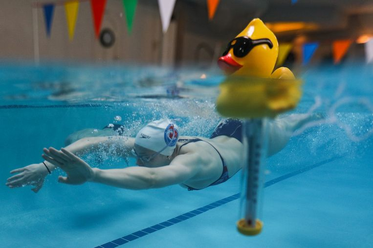 De Amerikaanse Phoebe Bacon houdt haar conditie op peil in een 15-meterzwembad van vrienden.  Beeld Getty Images