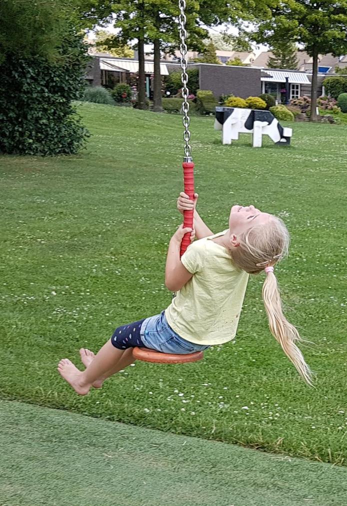 Zo vrij als een vogeltje, zwevend door de lucht aan de kabelbaan in de speeltuin van Stadspolders in Dordrecht.