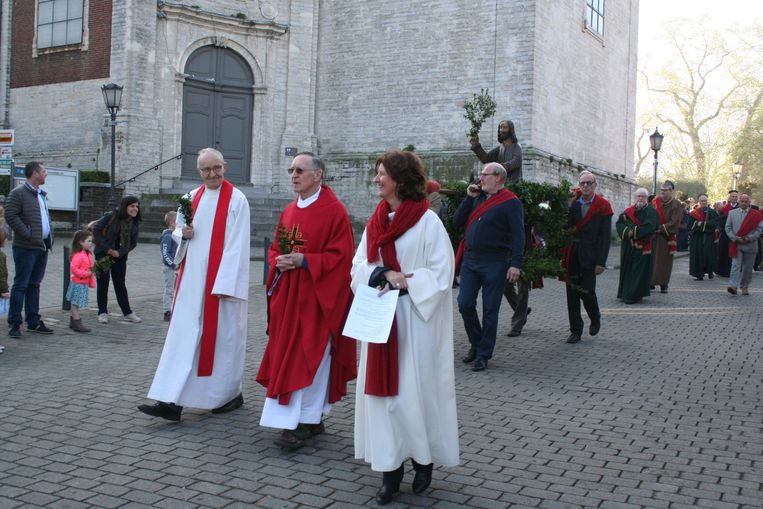 Pater Cornie Nelissen en Liesbeth Goris in de processie voor de Sint-Gorgoniuskerk