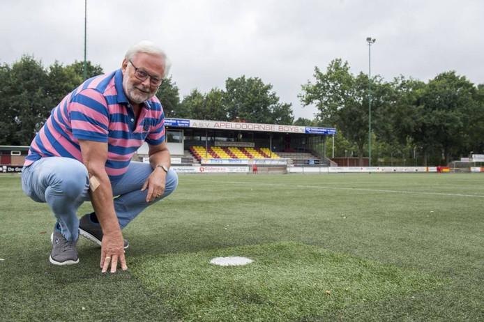 Wim de Grip op het kunstgras van zijn club. De mat moet worden vervangen, maar dat laat op zich wachten. Foto Kevin Hagens