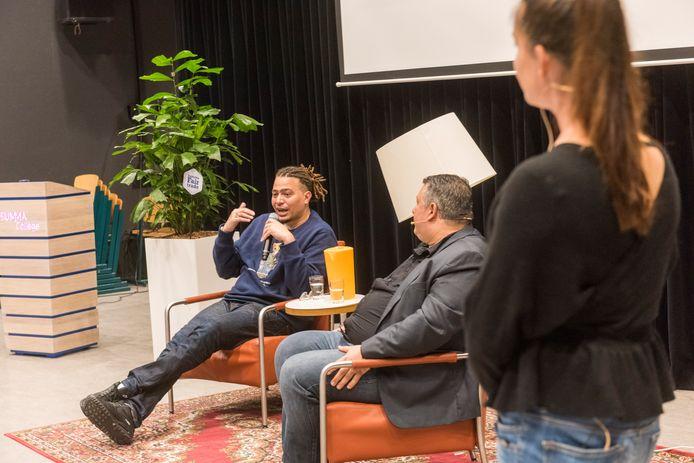 Summa College hield voor studenten een lezing met paneldiscussie over vrijheid. Rapper Fresku is gastspreker. In het midden schrijver Robert Vuijsje, rechts moderator Jasmijn Vreeburg.