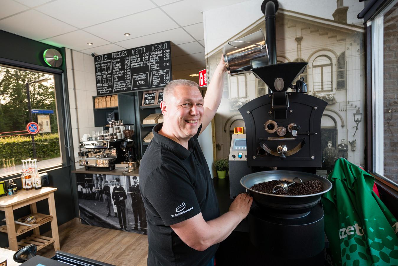 John Pigge, eigenaar van een stationsrestauratie in Borne, helpt mensen met een beperking aan een baan.