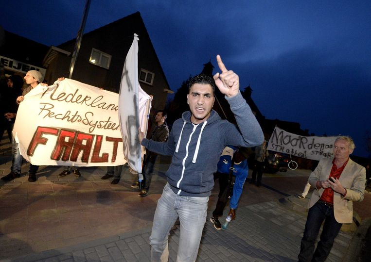 Nadat het verdachte juweliersechtpaar werd vrijgelaten, gingen jongeren in Deurne de straat op om te demonstreren. Beeld EPA