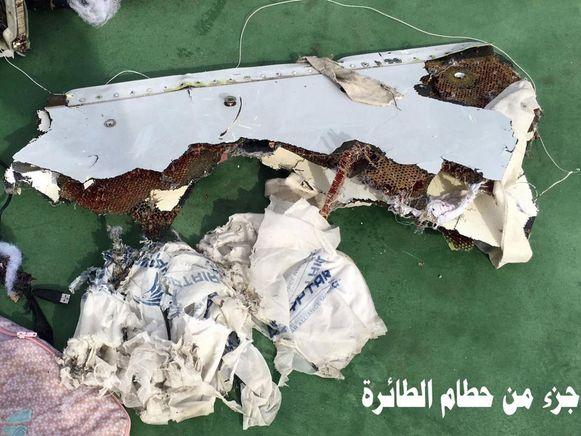 Het Egyptische leger gaf beelden vrij van brokstukken van het toestel.