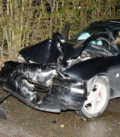Auto rijdt tegen boom in Valkenisse, inzittende naar het ziekenhuis
