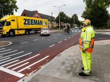 Verkeersregelaars begeleiden fietsers op 'levensgevaarlijke' Zeister kruising
