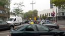 Een verkeersregelaar op de kruising Kanaalstraat-Tramstraat in Eindhoven moet voorkomen dat het een chaos wordt door de afsluiting van de Vestdijk.