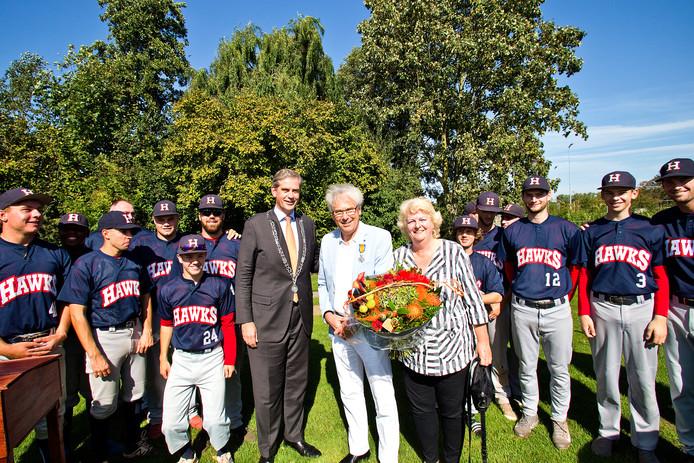 Hans Ruben kreeg zondagmiddag de koninklijke onderscheiding opgespeld.