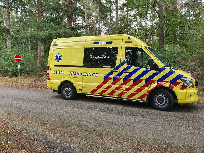 Een mountainbiker is zaterdag in Rijssen over de kop geslagen.