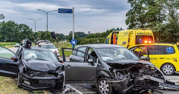 Twee gewonden en veel schade bij botsing in Hilvarenbeek.