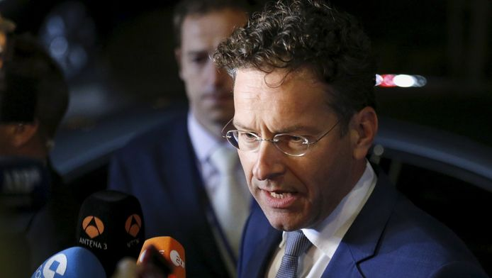 Jeroen Dijsselbloem praat met de pers na afloop van de vergadering.