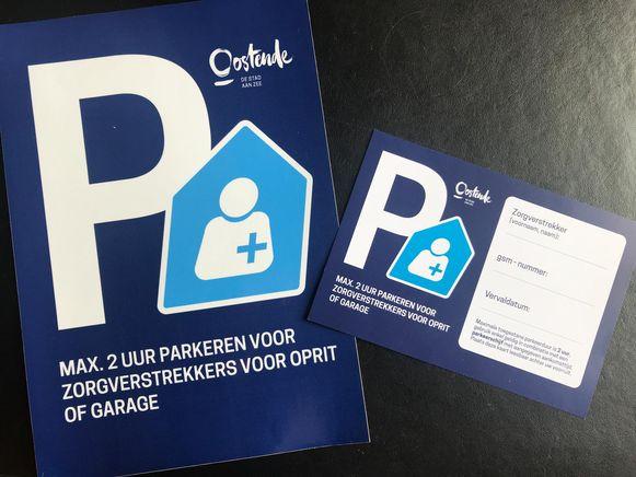 Zorgparkeerplaatsen worden aangeduid met een sticker (links), terwijl de zorgverstrekker een parkeerkaart achter de voorruit legt. Dit is een voorbeeld uit Oostende, maar maakt straks haar opwachting in Kortemark.