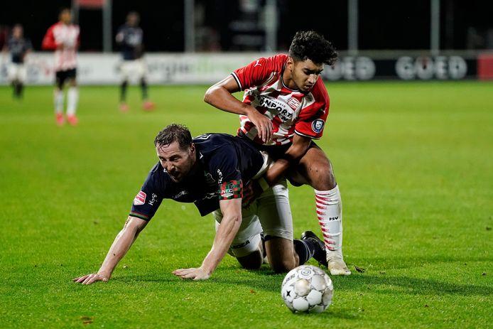 Rens van Eijden (links) in duel met Ismael Saibari van Jong PSV.