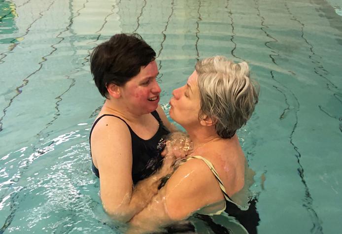 Irma Jannink met haar dochter Jos Sophie in het zwembad.