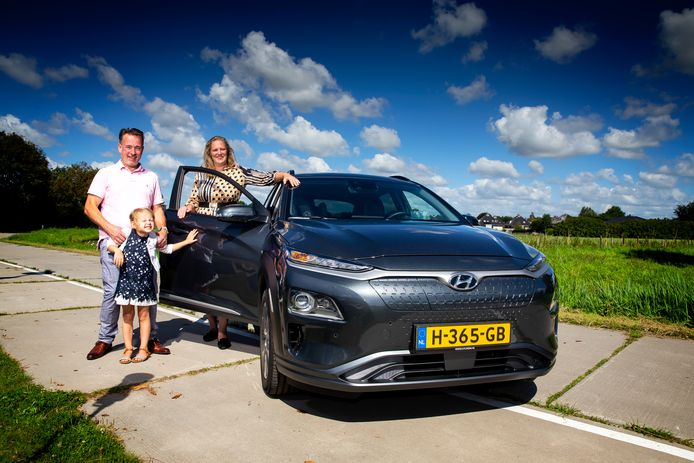 René Groeneveld met zijn vrouw Annemarie en dochtertje Isabelle bij de Hyundai Kona Electric