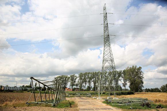 De nieuwe hoogspanningsmasten liggen al klaar naast de hoogspanningslijn die van Buizingen naar Drogenbos loopt.