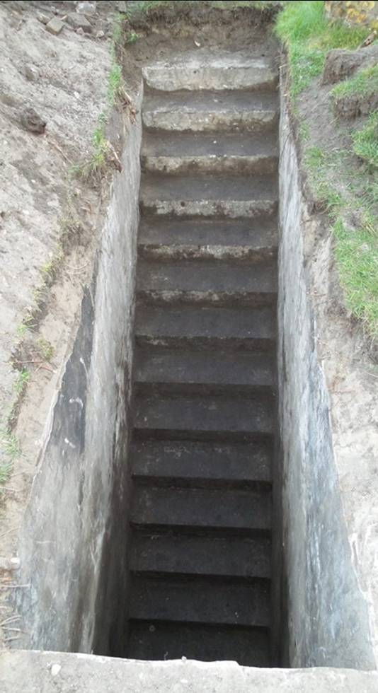 De inmmidels uitgegraven trap