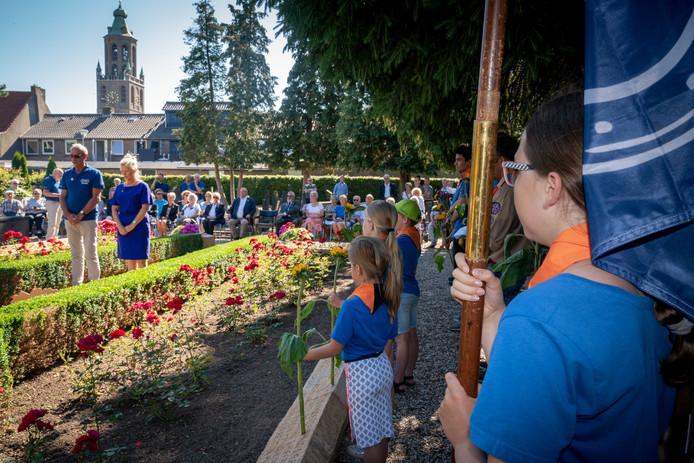 Aan het begin van de Exodus Wandeltocht heeft er altijd een ceremonie plaats bij het massagraf in Huissen. Foto: Erik van 't Hullenaar.
