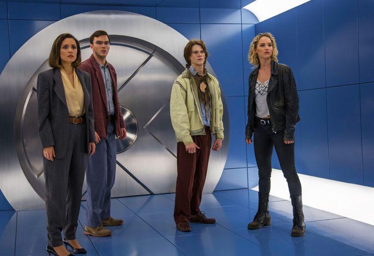 Jennifer Lawrence (rechts) en Nicolas Hoult (tweede van links) moesten nog samen acteren in 'X-Men: Apocalypse' toen hun relatie al voorbij was.