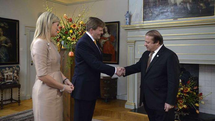 Het koninklijk paar heet de Pakistaanse premier Sharif welkom.