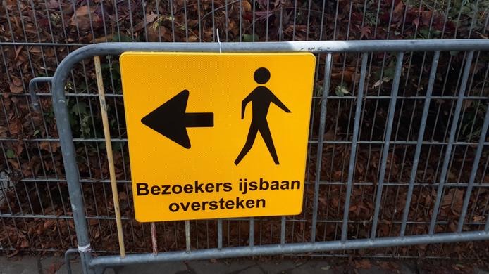 Verwijsbord voor bezoekers van de ijsbaan in Zevenaar.