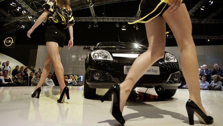 Een modeshow rond opgestelde auto's op een eerdere editie van de AutoRAI. Beeld ANP