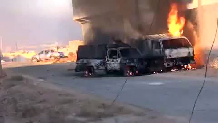 Brandende voertuigen die volgens de rebellen aan de shabiha toebehoorden. Beeld afp