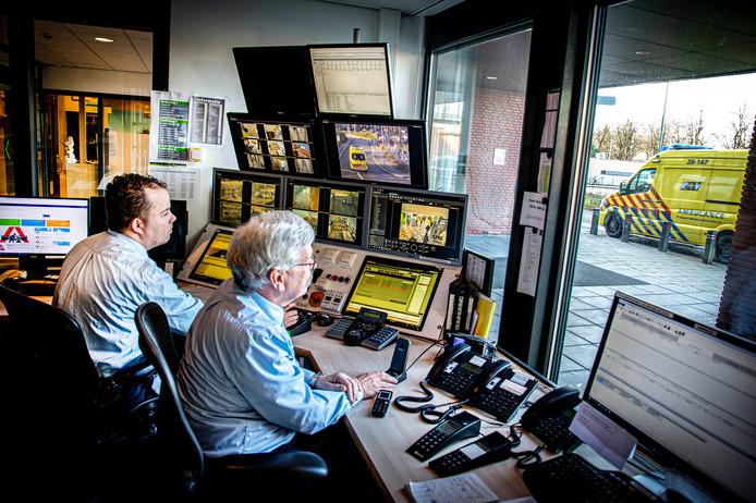 Beveiligers Lyon Jutte (voorgrond) en Jeroen van Helderen houden in de controlekamer op locatie Elisabeth met behulp van ruim zestig camera's het ziekenhuis en de omgeving in de gaten.