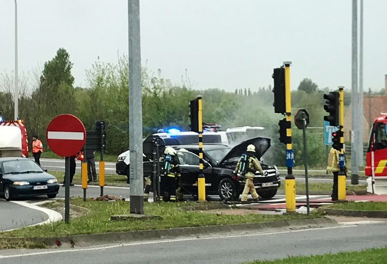 Het voertuig kon nog net afrijden in Gistel, maar moest door de vlammen stoppen aan de verkeerslichten aan de N33. De politie begon als eerste met blussen.