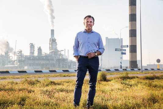 VVD-Kamerlid Mark Harbers op de Maasvlakte in Rotterdam, waar mogelijk een kerncentrale gebouwd kan worden.