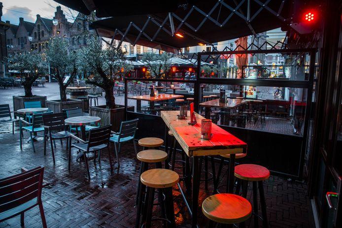 Nu nog lege terrassen op de Korenmarkt in Arnhem.