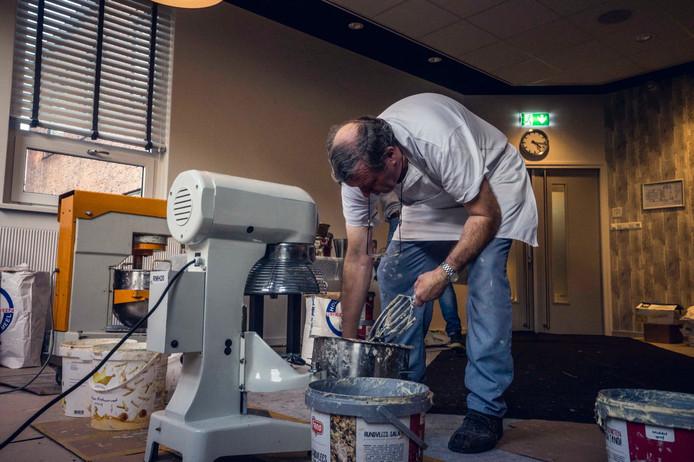 In Vriezenveen worden meer dan 5000 oliebollen gebakken voor het goede doel, onder supervisie van een professionele bakker.