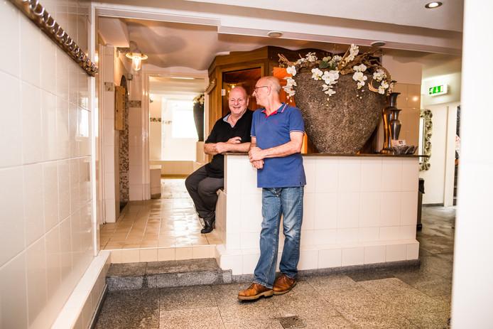 Tony Bril (links) en Robbie de Wolde stoppen volgend jaar met Sauna Beauty Velp. In het pand komt een kiprestaurant.
