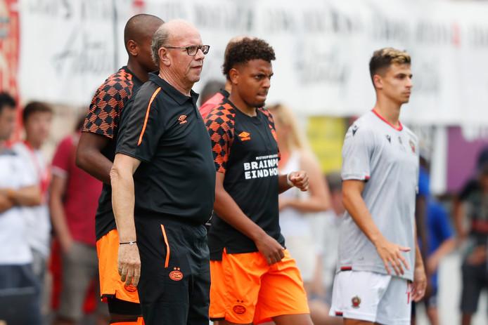 Donyell Malen is voorlopig de nieuwe spits van PSV en komt hier in het veld, onder begeleiding van team-manager Mart van den Heuvel van PSV. Achter Malen staat Pablo Rosario.