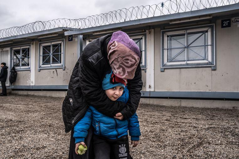 Turkse politieke vluchtelinge met haar zoon in het kamp Fylakio Beeld Joris van Gennip