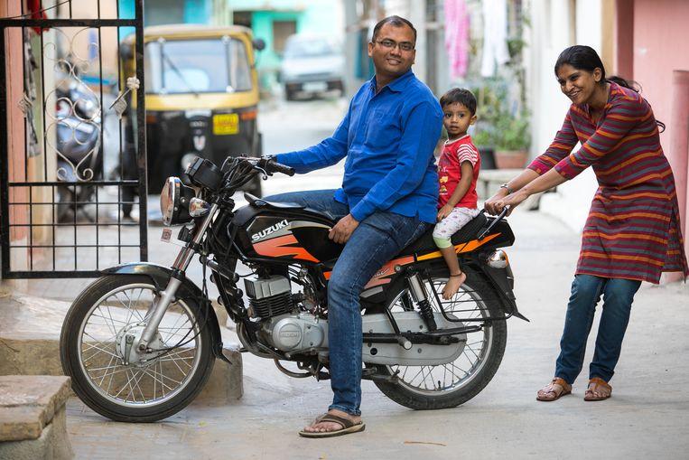 Jaikumar Chandrashekar en Vandana Radhakrishnan met hun zoon Aryav. Beeld SELVAPRAKASH LAKSHMANAN
