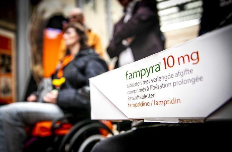 MS-patiënten bieden aan de Tweede Kamer meer dan 41.000 handtekeningen en een petitie aan. Beeld ANP