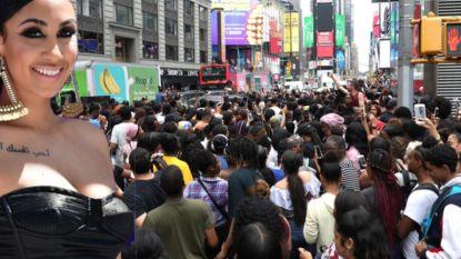 Youtube-ster Queen Naija zorgt voor hysterische fans op Times Square