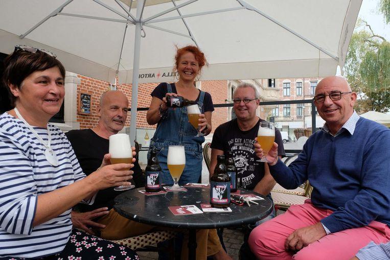 Vrienden klinken met het bier op de fietstocht voor Maarten.