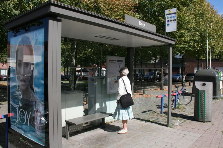 Een vrouw kijkt de dienstregeling na in een bushokje. Die blijkt al te vaak niet te betrouwen.