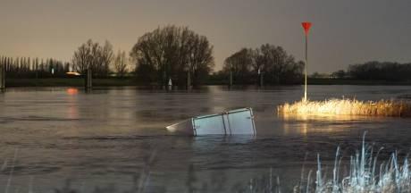Scheepvaartverkeer stilgelegd nadat vrachtwagen te water raakt in Zutphen, geen drenkeling bij zoektocht gevonden