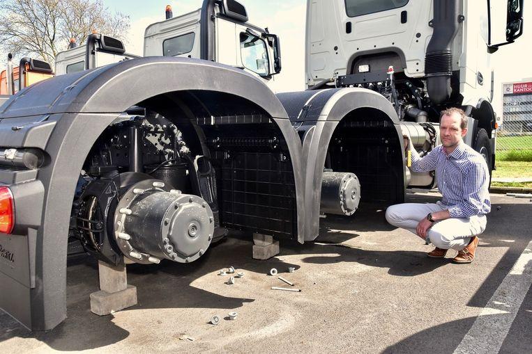 Werkplaatsverantwoordelijke Jan Lampaert bij een van de trucks waarvan de wielen werden ontvreemd.