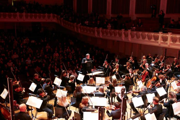 Het orkest in de weer met deels door een robot gemaakte muziek