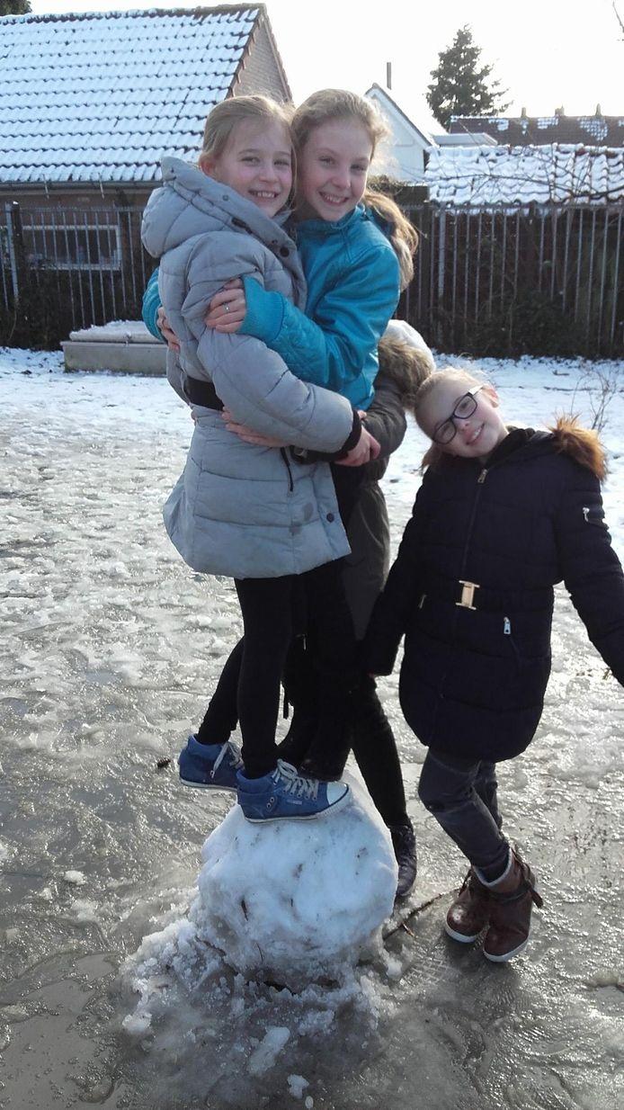Ook op een basisschool in Ede genieten de kinderen van de sneeuw. Voordat de bel gaat nog even een grote sneeuwbal maken. En die moet natuurlijk ook getest worden.