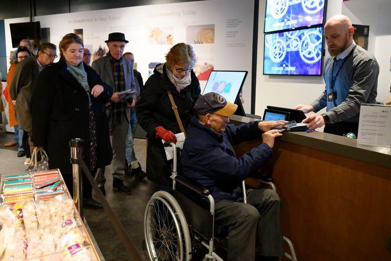 Bezoekers aan de Koninklijke Munt in Wales.  Beeld Getty Images